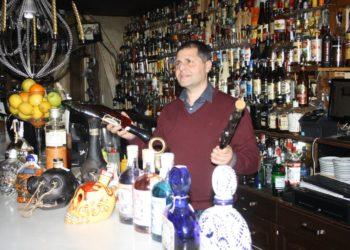 Francisco Driéguez, responsable de La Ronería posa tras la barra del bar de los más de 1.001 rones.