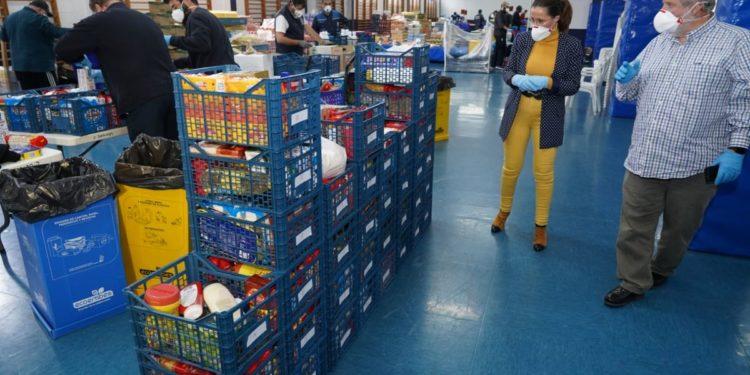 Ana Belén Castejón en su visita al almacén donde se clasifican los alimentos.