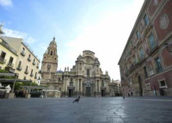 La Plaza del Cardenal Belluga Belluga, transitada por una paloma. (Nacho García)