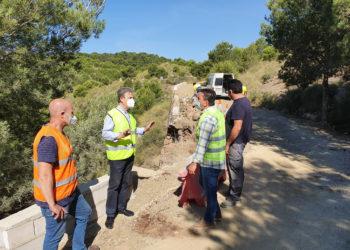 El director general de Carreteras, José Antonio Fernández Lladó, durante su visita a las obras de mejora de la carretera RM-F42 dañada por la DANA.