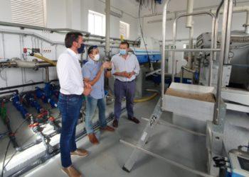 El consejero de Agua, Agricultura, Ganadería, Pesca y Medio Ambiente, Antonio Luengo, durante su visita a las instalaciones de la EDAR de Bullas.
